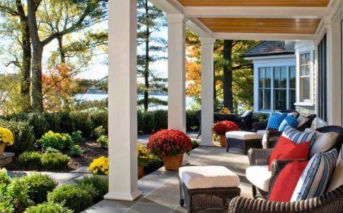 Осенние краски окружающей природы и элементов декора открытой террасы