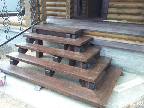 Основание и ступени на крыльцо выполнены из дерева