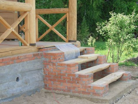 Отличный вариант: деревянные ступени на кирпичных тетивах