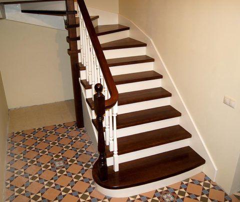Покраска деревянной лестницы лаком