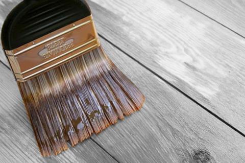Покраска деревянной поверхности кистью