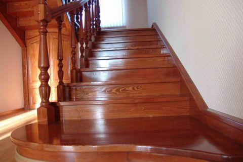Покраска лестницы глянцевым лаком
