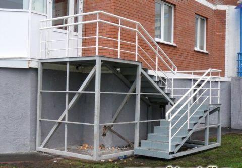 Поворотная двухмаршевая металлическая лестница на крыльцо