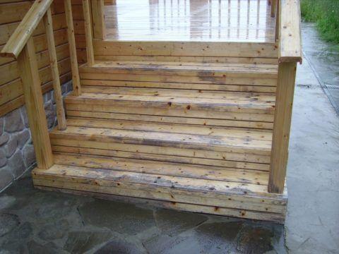 Повреждение деревянной лестницы на улице