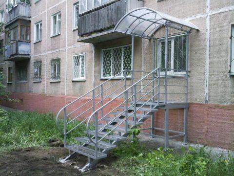 Простое, но наиболее подходящее к данному дому крыльцо с полностью металлической лестницей