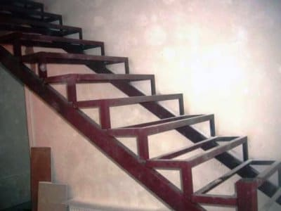 Сборка каркаса металлической лестницы
