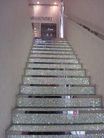 Стеклянная лестница с опорами на две стены