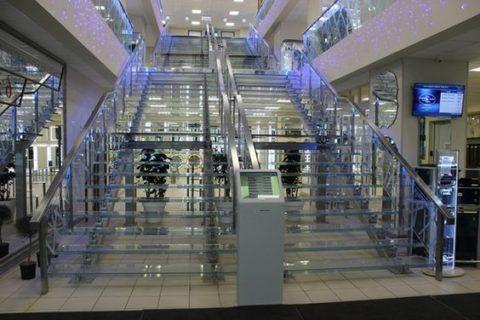 Стеклянные лестницы в общественном здании