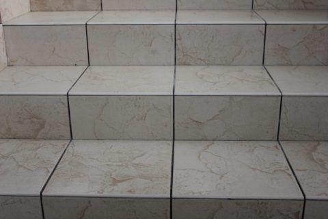 Ступени, облицованные классической напольной плиткой