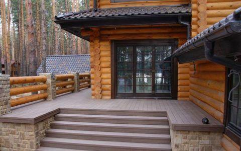 Террасная доска естественным образом сочетается с натуральной древесиной