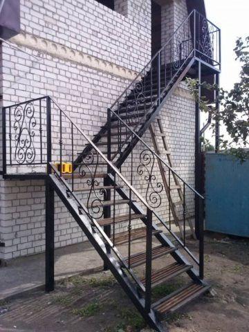 Уличные металлические лестницы с правым поворотом
