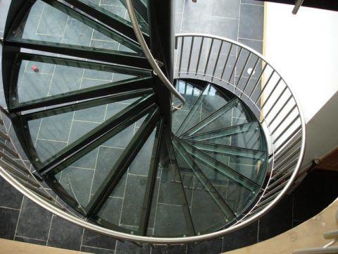 Винтовая лестница из металла и стекла