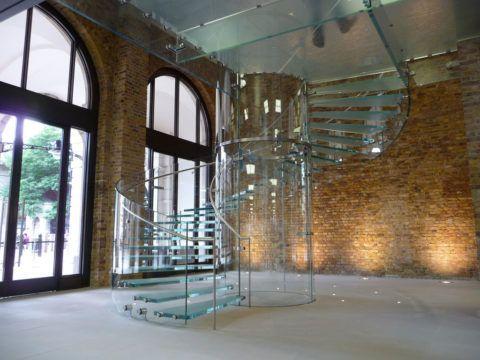 Винтовая стеклянная лестница – нестандартный вариант