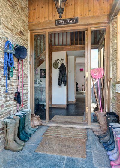 Хранить грязную и сырую обувь, корзины, ведра и другие предметы