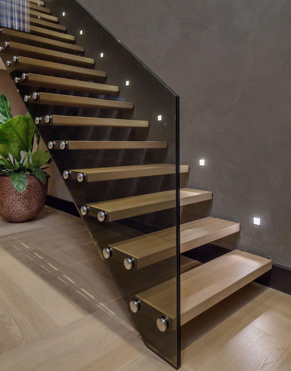 Дизайн лестницы в холле: консольные ступени