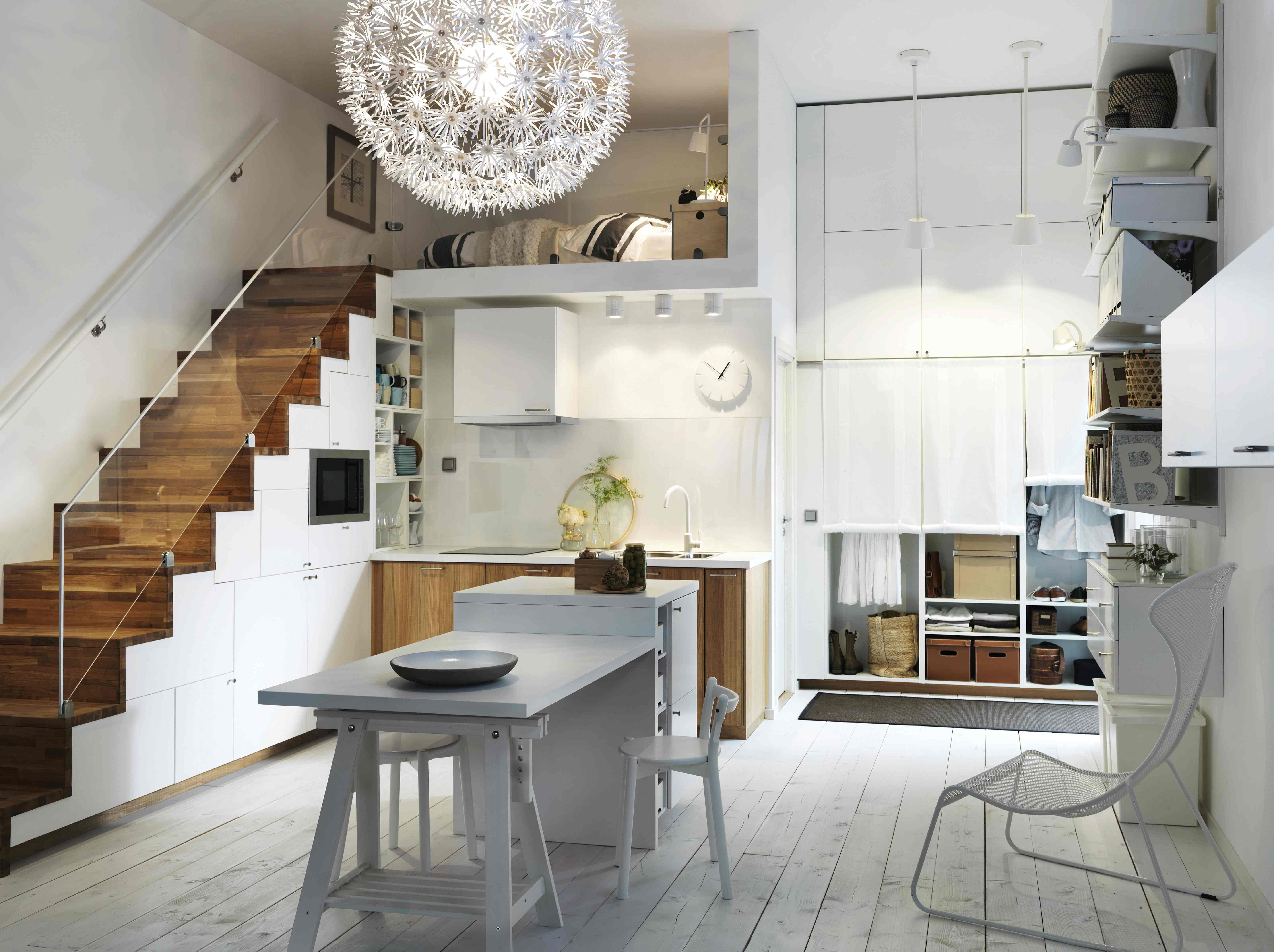Небольшая лестница тоже может значительно сэкономить пространство дачного дома