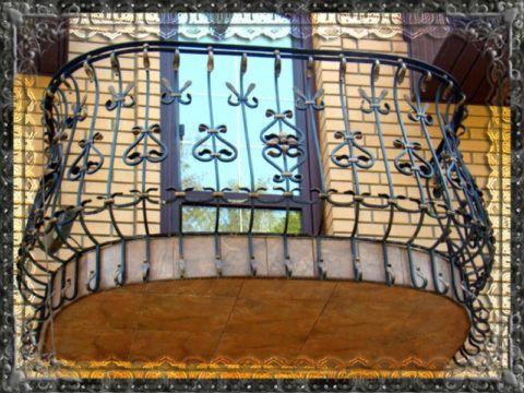 Бетонный балкон с кованными перилами