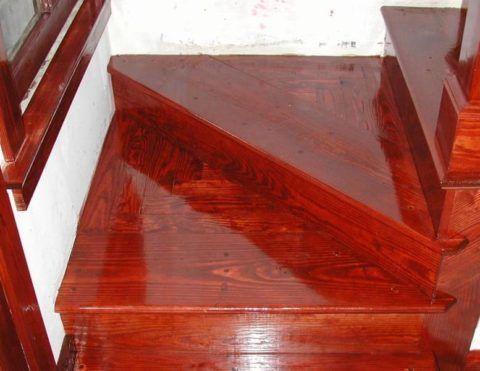 Блестящая лаковая поверхность ступеней