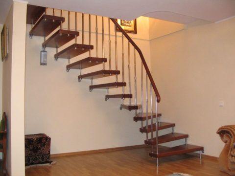 Больцевая лестница с деревянными ступенями