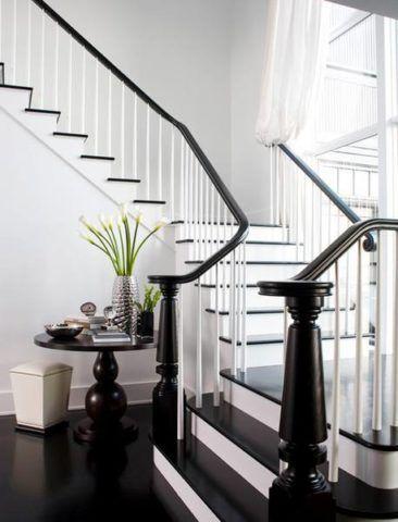 Черно-белое оформление маршевой лестницы с поворотными площадками