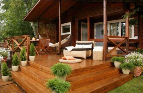 Дачный дом: крыльцо из дерева