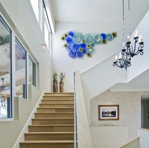 Декоративное панно на свободной стене лестницы в доме