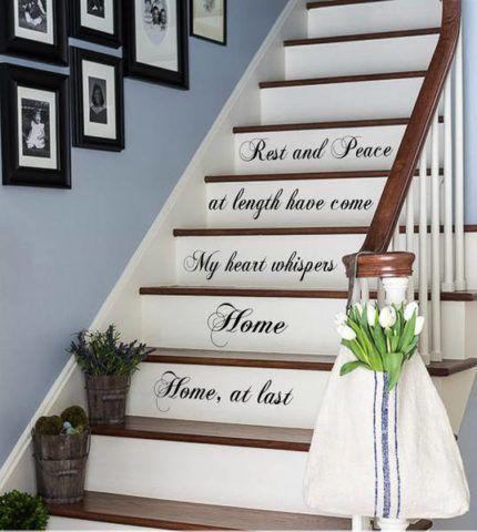 Декоративные надписи на подступенках лестницы
