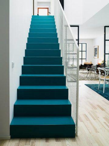 Декоративный внешний вид классической маршевой лестницы, окрашенной в глубокий бирюзовый цвет
