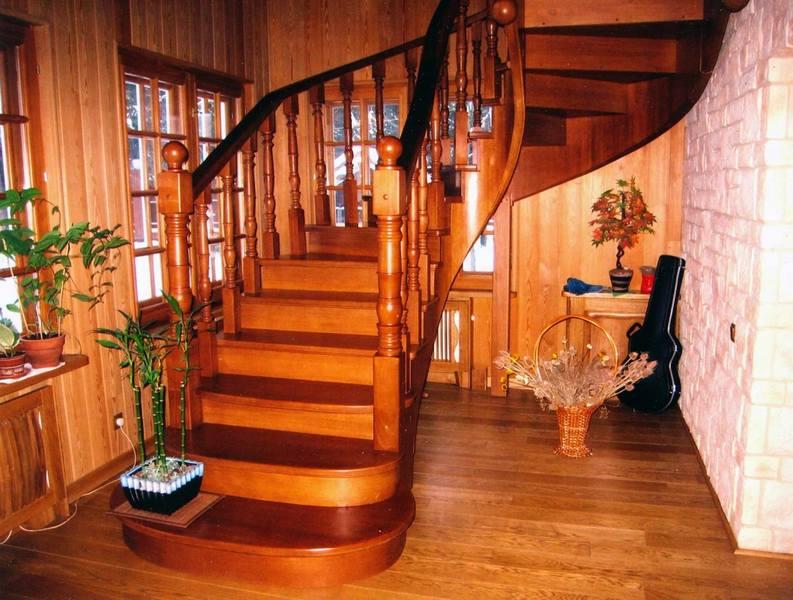 Как покрасить деревянную лестницу на второй этаж своими руками