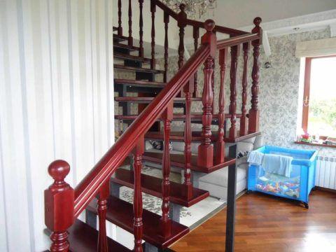 Деревянная лестница с окрашенными забежными ступенями на металлическом каркасе