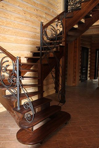 Деревянная лестница с веерным расположением ступеней
