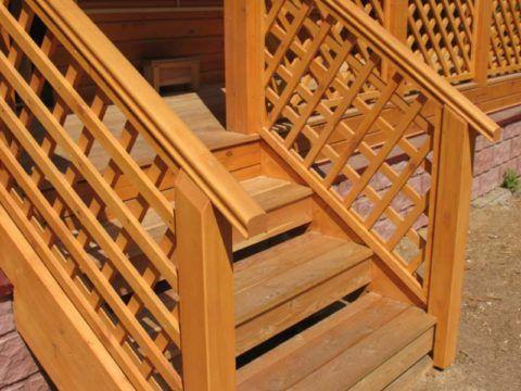 Деревянные перила для крыльца дачного дома