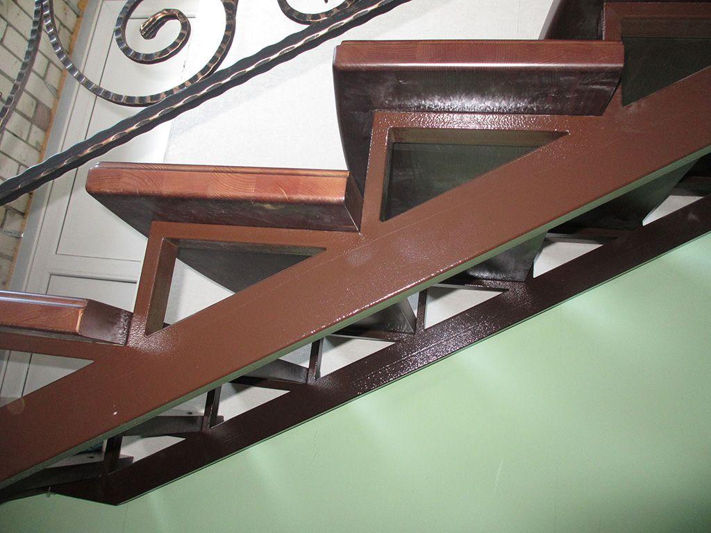 Деревянная лестница своими руками на металлическом каркасе 89