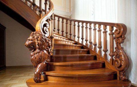 Древесина является податливым в обработке материалом, что позволяет вырезать из нее декоративные фрагменты любой сложности
