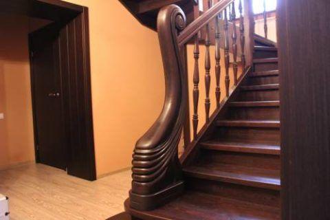 Двери и лестницы из дуба, выполненные в одном цвете и стиле
