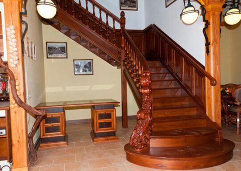Двухмаршевая деревянная лестница