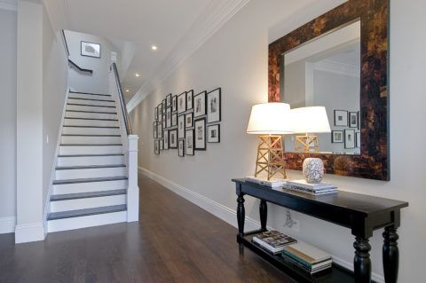 Элегантный светлый холл с традиционной прямой лестницей