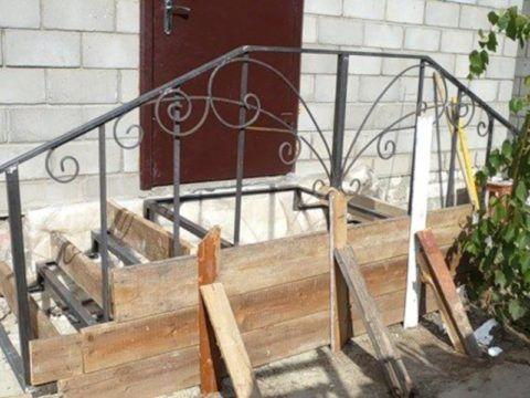 Этап сооружения металлического крыльца