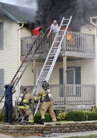 Эвакуация человека через балкон, удобно расположенным над крыльцом