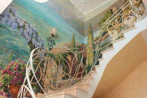 Фотообои на свободной стене лестницы
