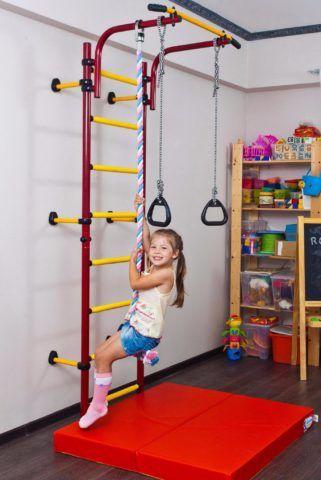 Гимнастическая лестница для дома всегда дополняется спортивным матом