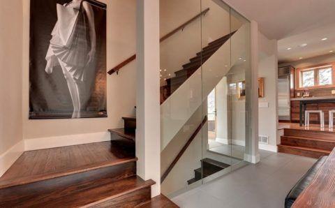 Интерьеры: деревянные дома - лестницы со стеклянным ограждением