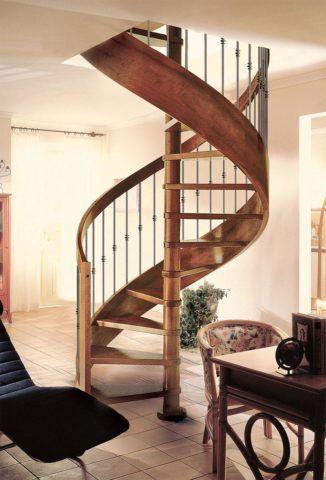 Изготовление внутренних лестниц: ступени крепятся на тетиву и опорный столб