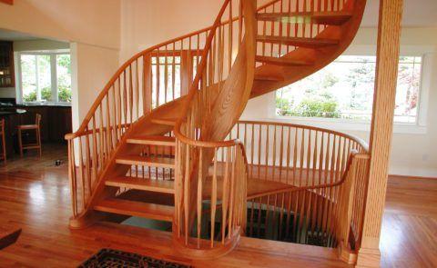 Изящная конструкция лестницы из красного дуба