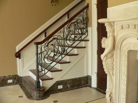 Изящное металлическое ограждение деревянной лестницы