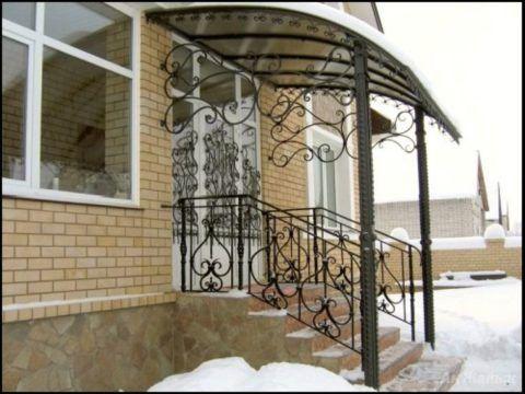 К дому кирпичному крыльцо декорированное