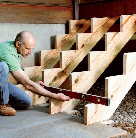 Как пристроить крыльцо к деревянному дому: лестница на четырех косоурах