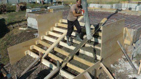 Как залить лестницу из бетона для крыльца: бетон подается из миксера по трубе