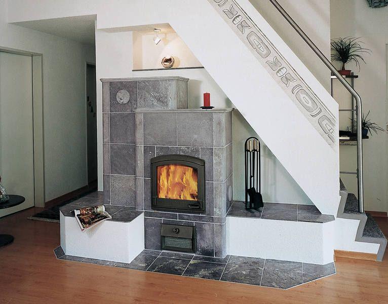 как создать интерьер в деревянном доме с камином и телевизором если они расположены вдоль лестницы