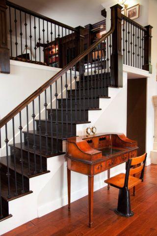 Комбинированная лестница: основание бетонное, облицовка деревянная, балясины металлические